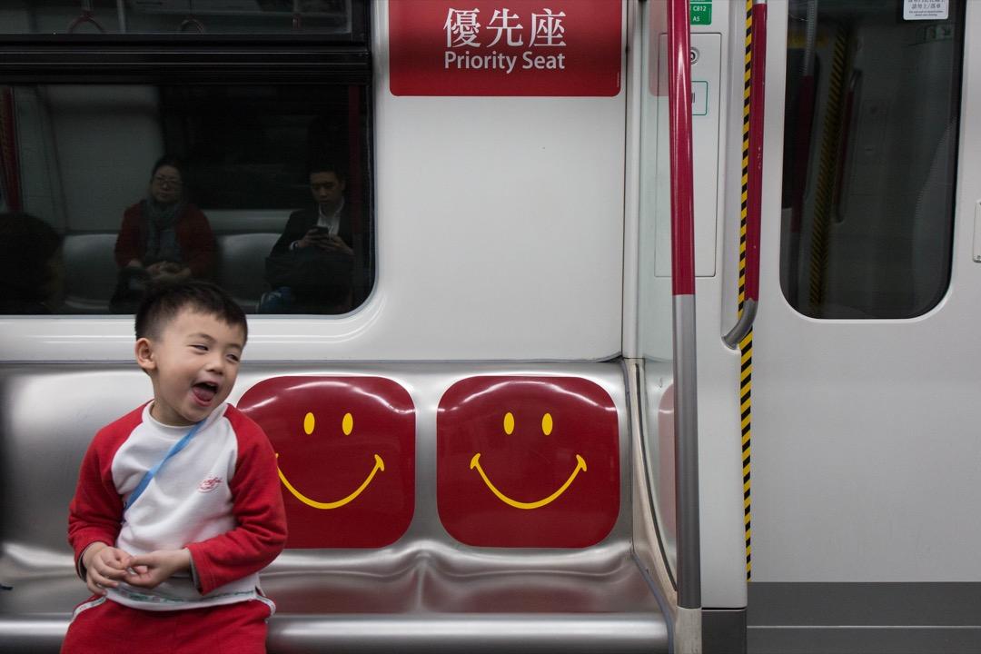 「讓座」衍變成「留座」,未讓座者或遭網絡公審,或遇當場謾罵,是未讓座者禮讓精神缺失,還是要求讓座者另類道德綁架? 攝:Stanley Leung/端傳媒