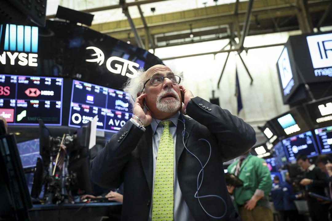 美國總統特朗普22日簽署備忘錄,對從中國進口的商品大規模徵收關税。消息令美國股市當日暴跌,道瓊斯工業平均指數下跌724.42點,跌幅2.93%。 攝:Drew Angerer/Getty Images