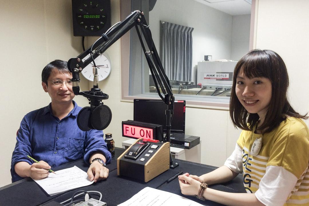在NHK國際廣播電台錄製廣播的劉婧犖。