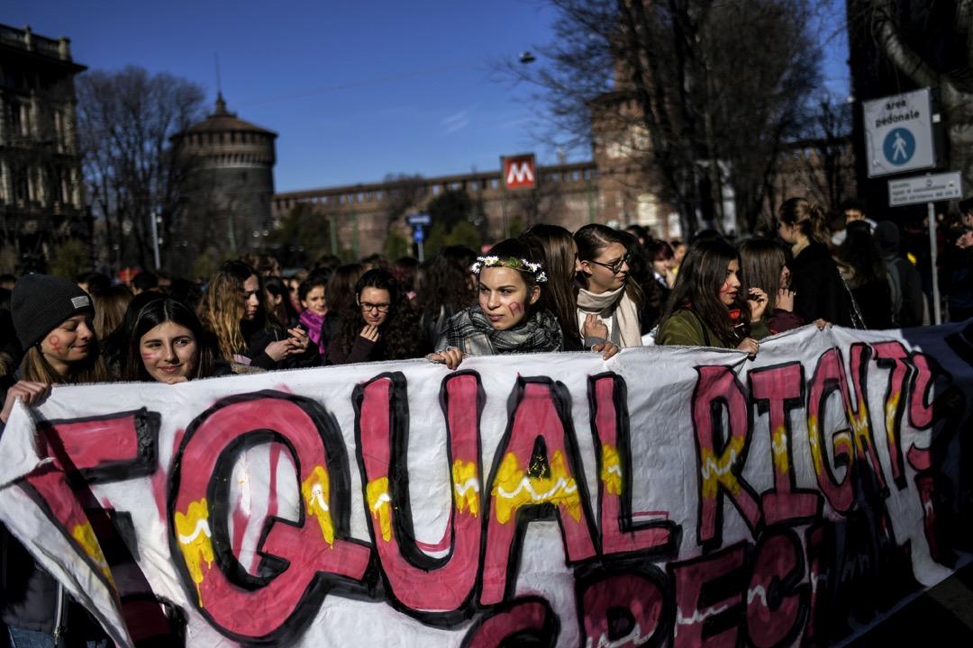 2016年,女權自媒體「@新媒體女性」及其他機構、志願者號召女網友和高校學生重新回歸三八婦女節的節日形式,強調女性平等政治權利和工作權利。圖為意大利城市米蘭的一個婦女節遊行。 攝:Marco Bertorello/AFP/Getty Images