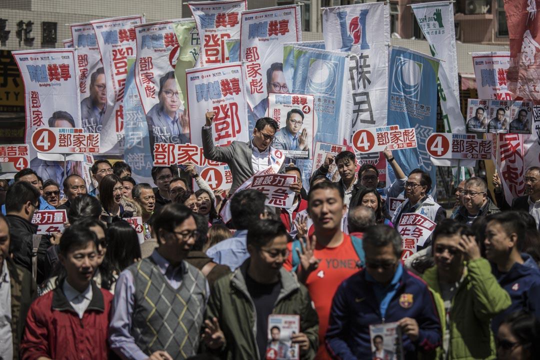 鄧家彪與支持者在大圍港鐵站外。