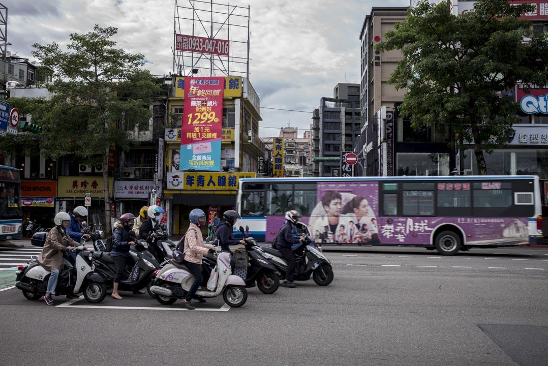 國立臺灣大學前的街上,電單車等候。
