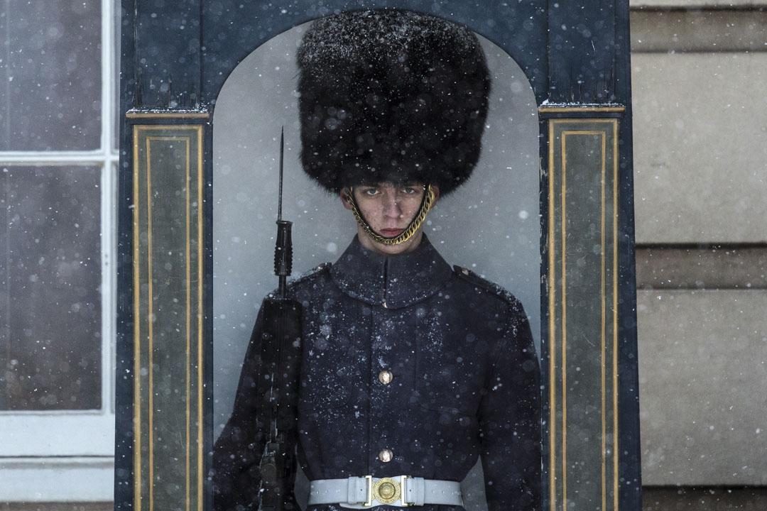 2018年2月27日,英國倫敦的一場雪風暴期間,一名警衛在白金漢宮前駐守。