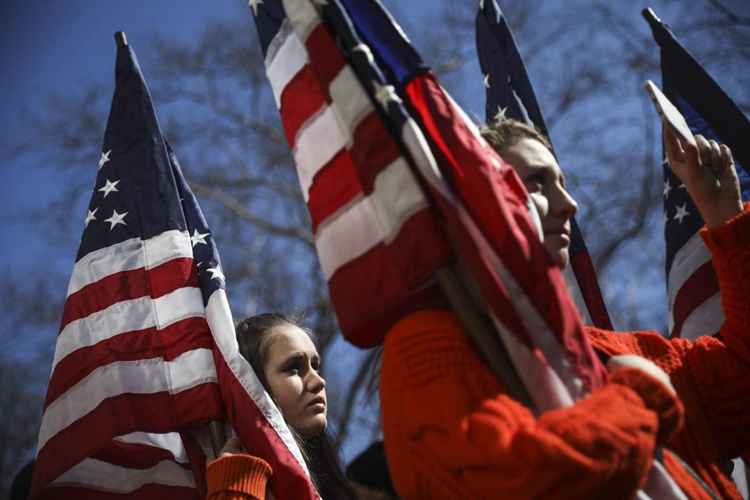 美國紐約,拿著美國國旗的新澤西州學生前來參與「March for Our Lives」全國性槍械管制遊行活動。