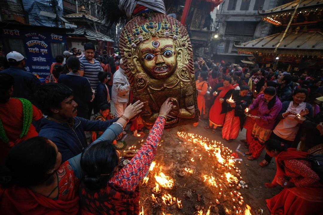 2018年3月26日,尼泊爾首都加德滿都,教徒於清晨時分到位於加德滿都中部,8.5米高的 Seto Machindranath 神像前禱告,教徒相信禱告會帶來良好的季候風季節。