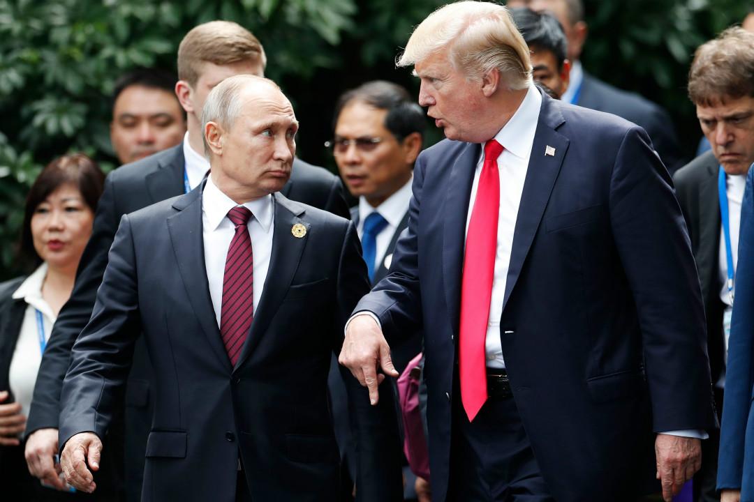 2017年11月11日,亞太經合組織峰會閉幕日,特朗普與普京進行交談。 攝:Mikhail Metzel/Getty Images