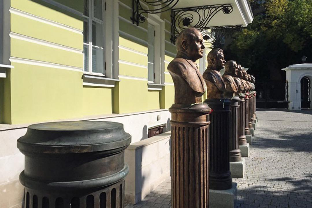 我順着尼古拉二世的半身像往前走,走過克倫斯基、列寧、斯大林、赫魯曉夫、勃列日涅夫、安德羅波夫、契爾年科、戈爾巴喬夫,走到了20世紀最末一個位置,是一個空柱子。同行的俄羅斯人弗拉德告訴我,那是普京為自己留的位子。
