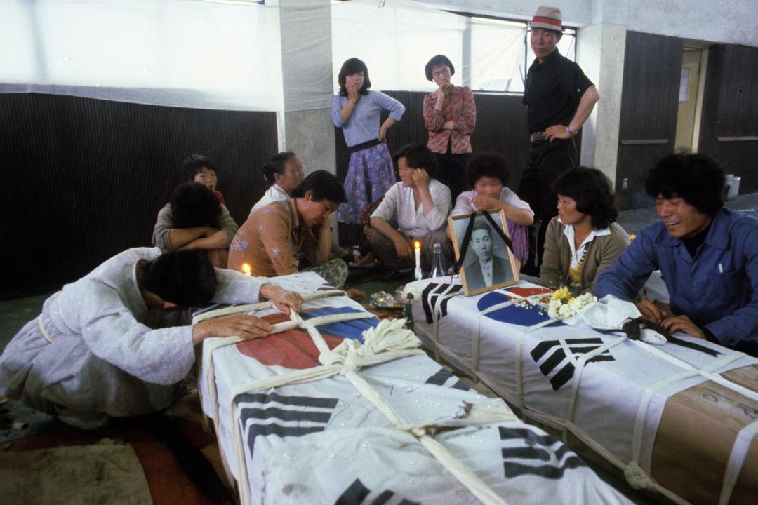 1980年5月,南韓光州市以至全羅南道(光州當時尚未脫離全羅南道)有平民及學生發起民主運動,但被時任陸軍中將全斗煥下令以武力鎮壓,導致大量平民傷亡。 攝:Francois Lochon / Getty Images