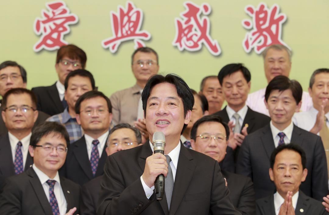 行政院長賴清德曾稱長照員薪水只有3萬多元,所以勉勵他們當作功德。這個「功德說」引起不少爭議,圖為2017年9月6日,賴清德接任閣揆,在台南舉辦記者會,卸任市長職務。