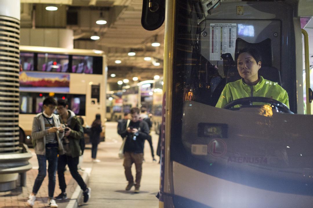 2018年2月24日,九巴「月薪車長大聯盟」於晚上8點發起罷駛,聯盟發起人葉蔚琳和個別車長於尖沙咀麼地道巴士總站將巴士停下、響號。 攝:林振東/端傳媒