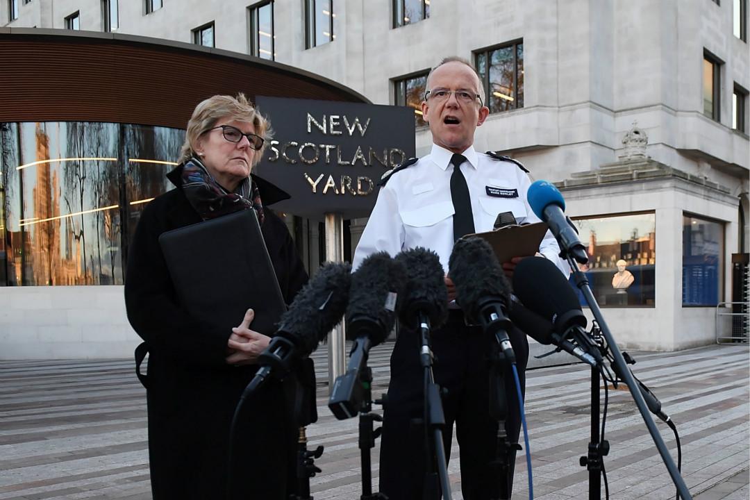 2018年3月7日,英國倫敦警察局副局長 Mark Rowley(右)與首席醫療官 Dame Sally Davies(左)就俄羅斯前特工 Sergei Skripal 及其女兒在英國街頭疑似中毒倒下事件發表聲明。  攝:Chris J Ratcliffe/Getty Images