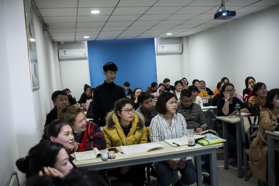 在容城縣一所培訓學校,四十多個人擠在一間20平米左右的教室裏,學習 Windows 操作系統。