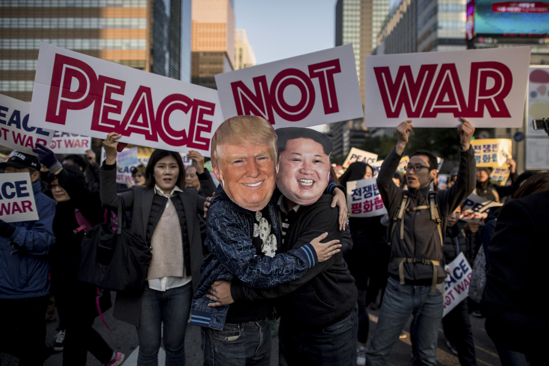 2018年3月8日,美國總統特朗普表示答應與北韓領袖金正恩會面,定在5月底前會面,朝鮮半島局勢峰回路轉,成爲近日最震撼的國際新聞。圖為2017年11月5日,有團體在首爾示威,有身穿北韓領導人金正恩和美國總統特朗普的示威者擁抱,抗議特朗普訪問南韓。 攝:Ed Jones / AFP / Getty Images