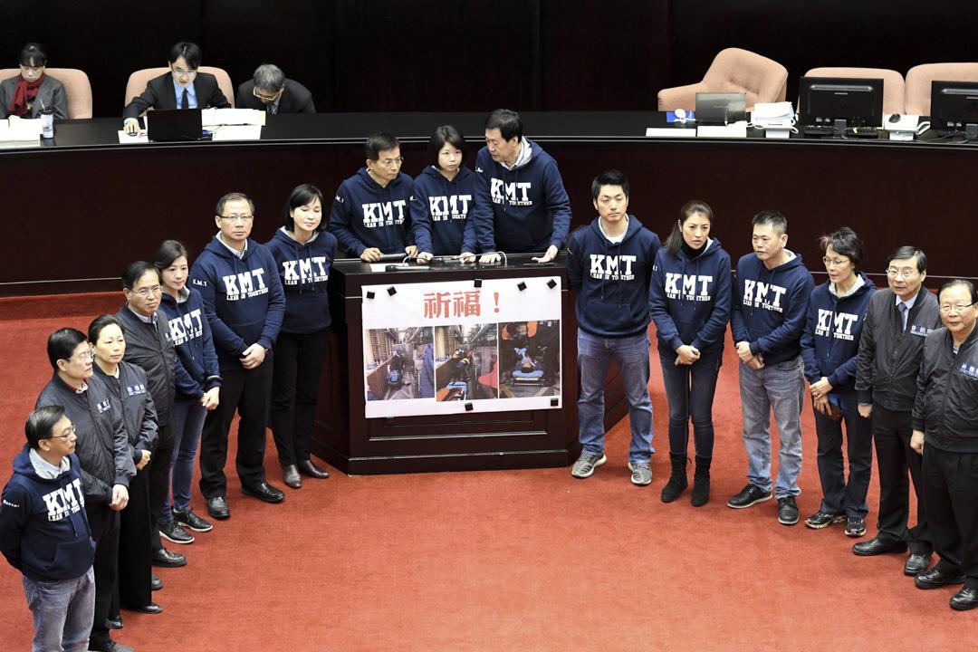 2018年2月27日,國民黨立法委員為早前年金抗議者示威期間的意外而禱告。 攝:Sam Yeh/AFP/Getty Images