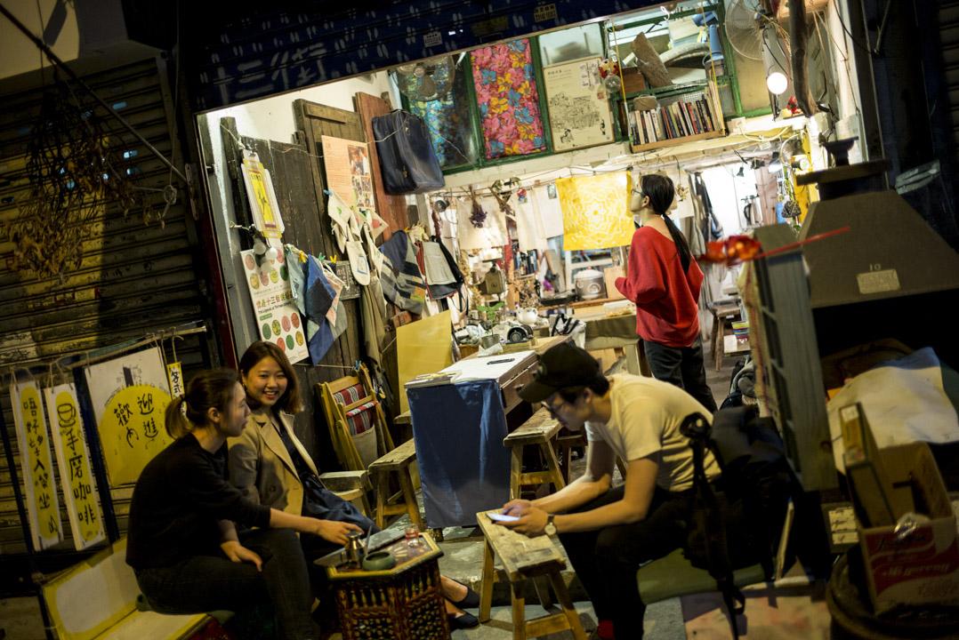 在土瓜灣「十三街」的鳳儀街地舖社區空間「青春工藝」。原先集中研究和教授工藝的計劃,最近變得更多元和實驗性,逢星期一、二晚上會將店鋪變成臨時的「痛哭酒館」。 攝:林振東/端傳媒