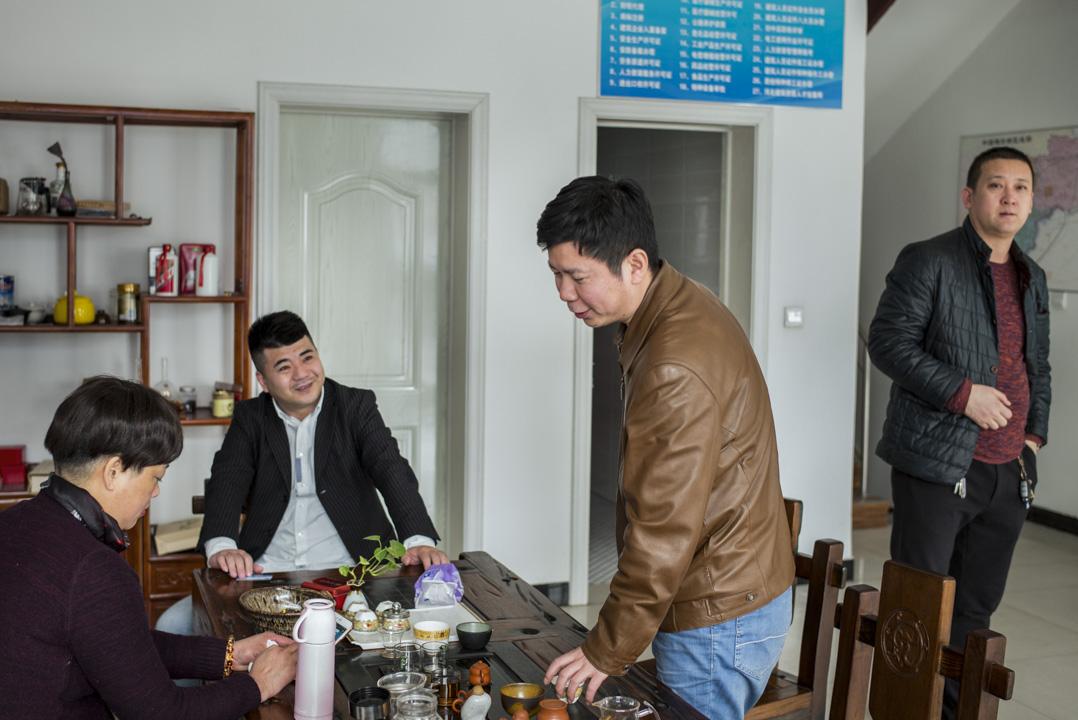 陳偉每天工作12個小時,晚上主要用來和來自天南海北的老總喝酒,午飯和下午喝茶的時間也沒有浪費,都在交流雄安新區的新進展。