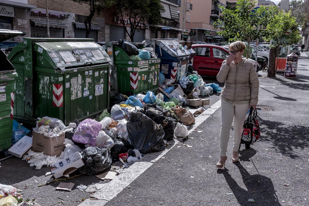 羅馬的「垃圾圍城」已存在多年,垃圾桶、街道、石磚鋪就的廣場,處處都有未及清理的垃圾。圖為2017年5月7日,在羅馬街上的垃圾。  攝:Stefano Montesi/Corbis via Getty Images