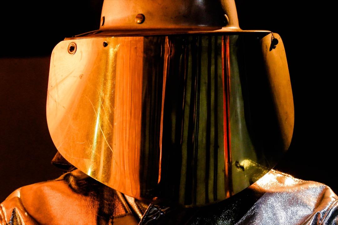 2018年3月22日,德國城鎮薩爾茨吉特,一名工人穿起保護衣物,在煉鋼廠的熔爐工作。