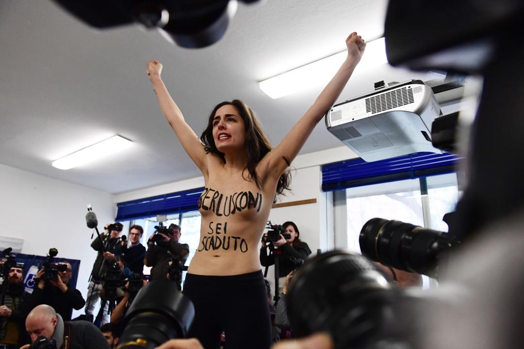 2018年3月4日,意大利議會選舉,前意大利總理兼該次選舉的參選人貝盧斯科尼到米蘭一所票站投票時,一名女權主義示威者脫去上衣示威,身上寫著「貝盧斯科尼,你已經過期了。」