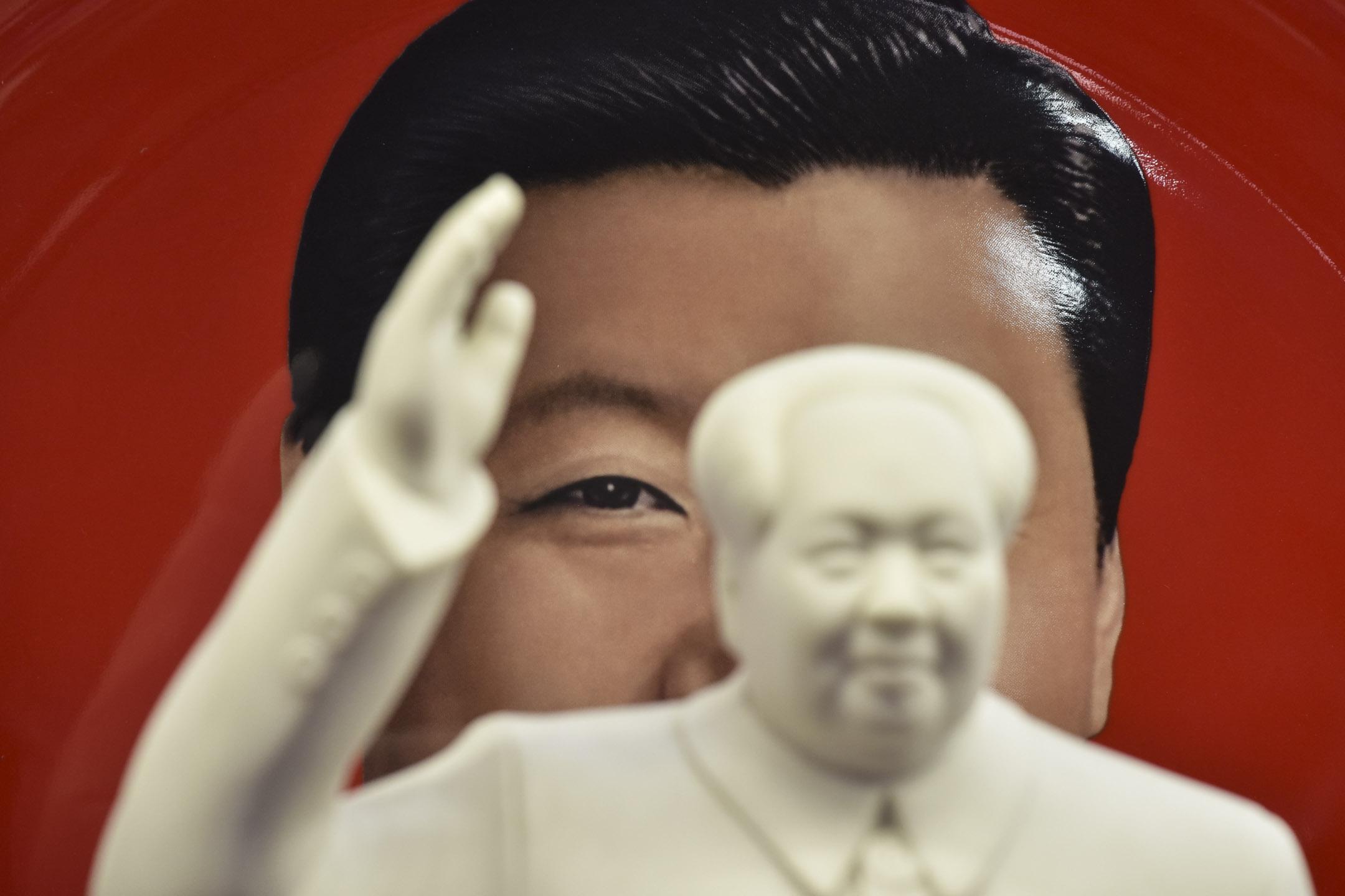 中共中央委員會提議,刪除憲法第七十九條第三款中對國家主席、副主席「連續任職不得超過兩屆」的規定。外間普遍反應是修憲為中國最高領導人習近平繼續執掌黨、政、軍大權鋪路。圖為2018年2月27日,北京一間售賣領導人紀念品的店舖。 攝:Greg Baker/AFP/Getty Images