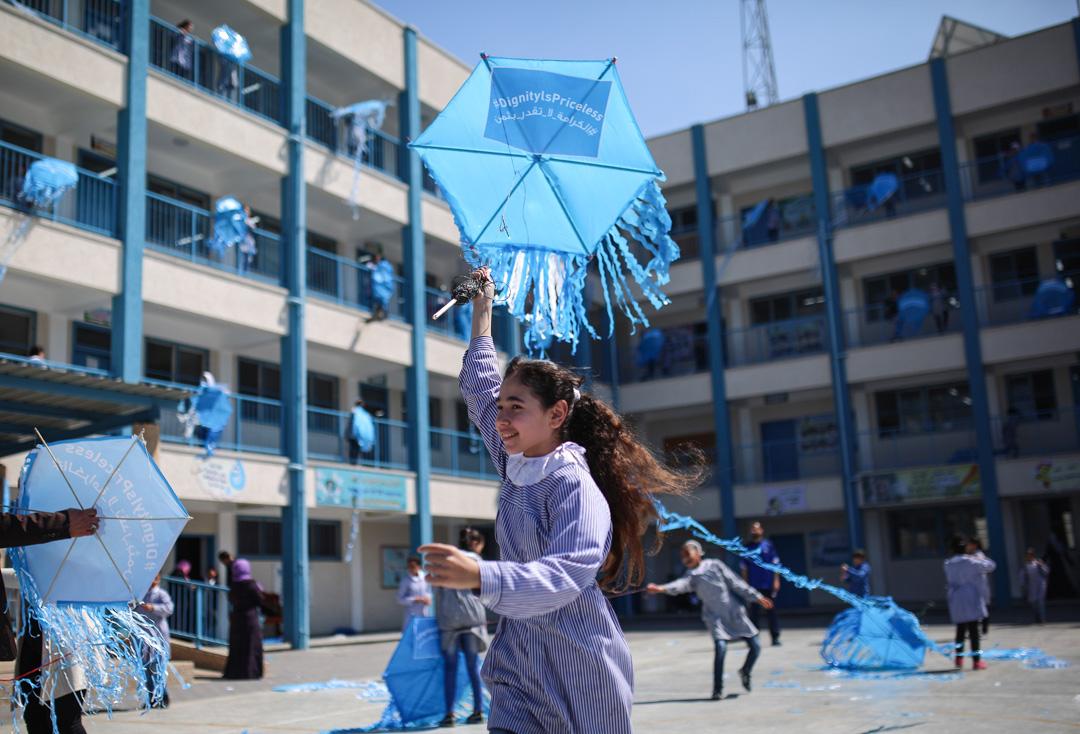 2018年3月12日,加沙地區,巴勒斯坦兒童在聯合國巴勒斯坦難民救濟和工程處屬下的一家學校內放風箏。