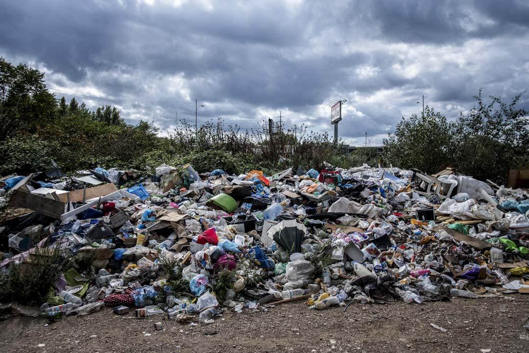 羅馬市中心的出租車司機指,無家可歸者和難民才是垃圾問題的源頭。圖為2017年10月4日,羅馬一幢住了不少露宿者的建築物外的垃圾。