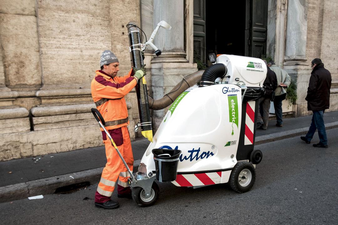 2017年11月28日,Azienda Municipale Ambiente(AMA)的清潔工人於在羅馬市中心清潔街道。