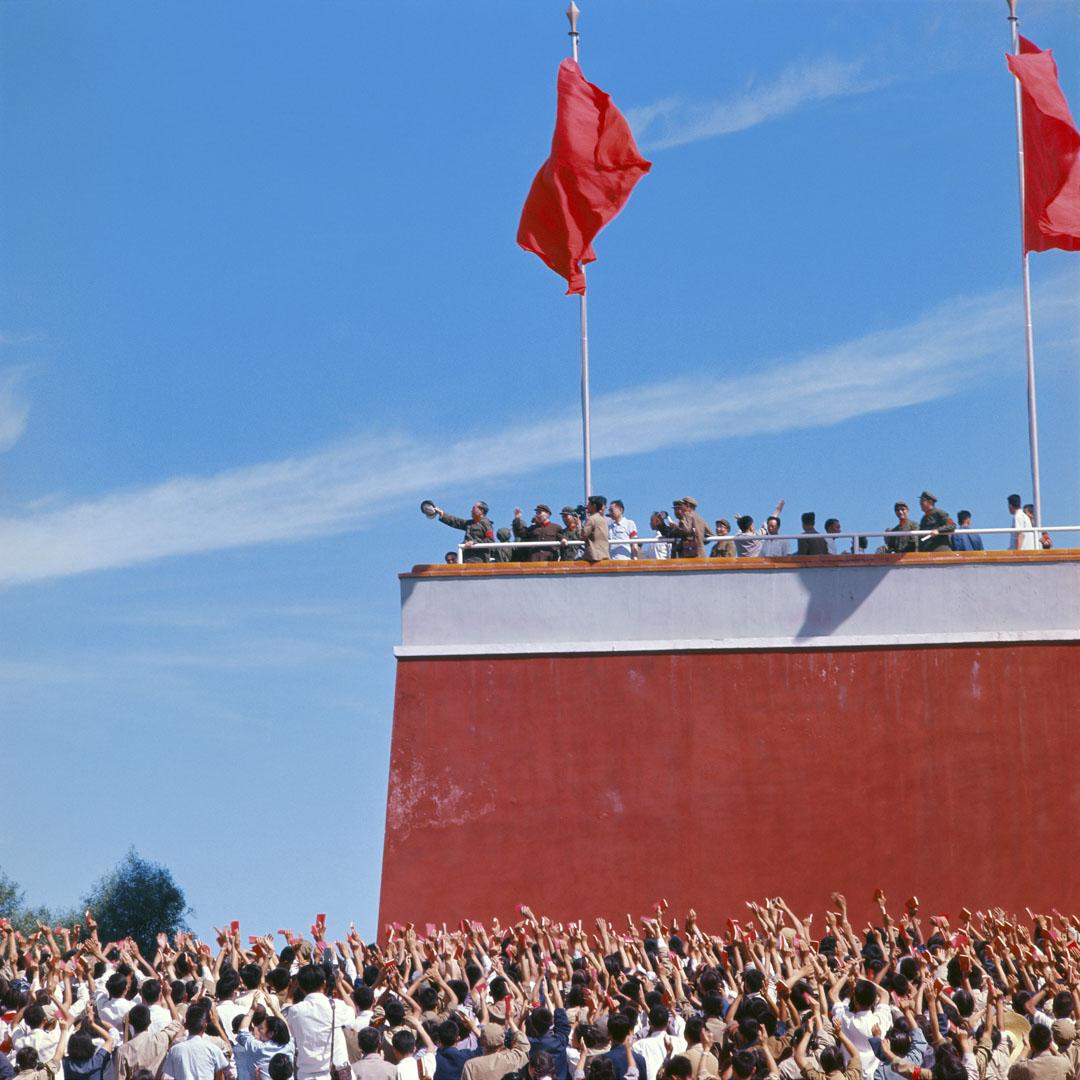 1966年,文化大革命期間,毛澤東向北京天安門廣場的紅衛兵揮手。