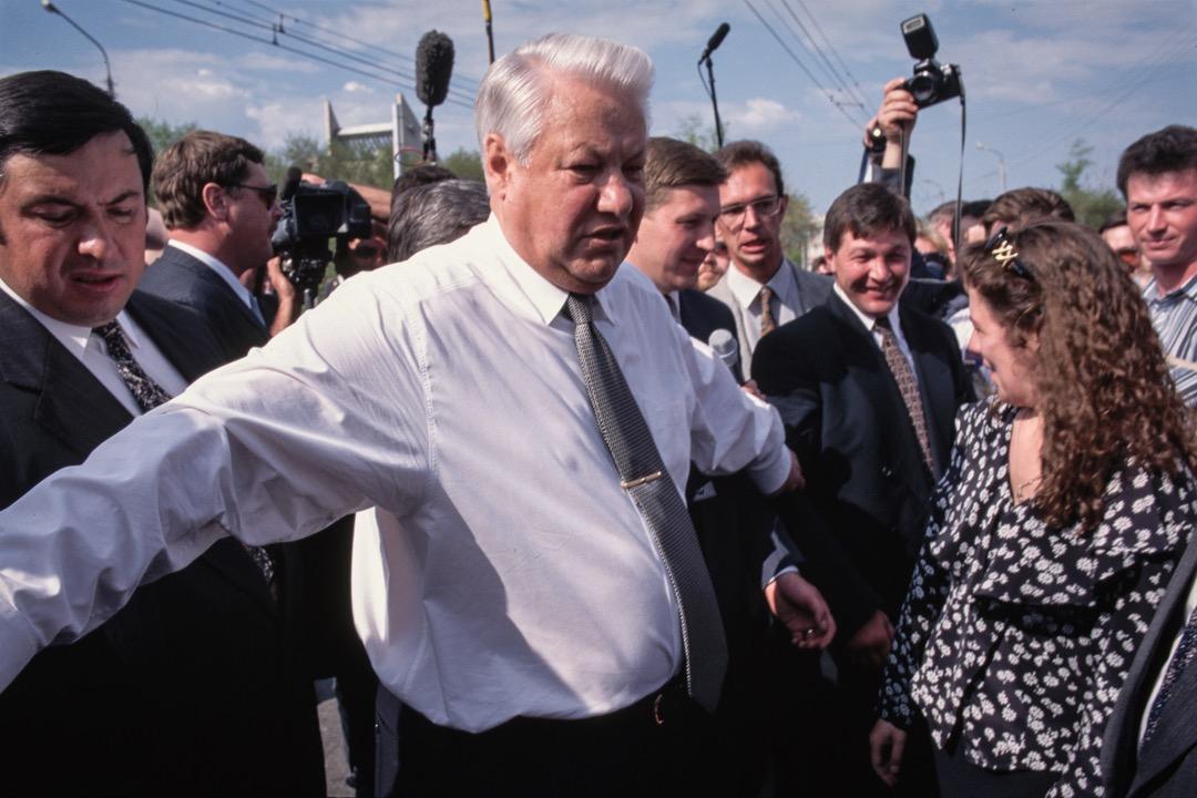1996年俄羅斯大選,葉利欽被一眾媒體包圍。
