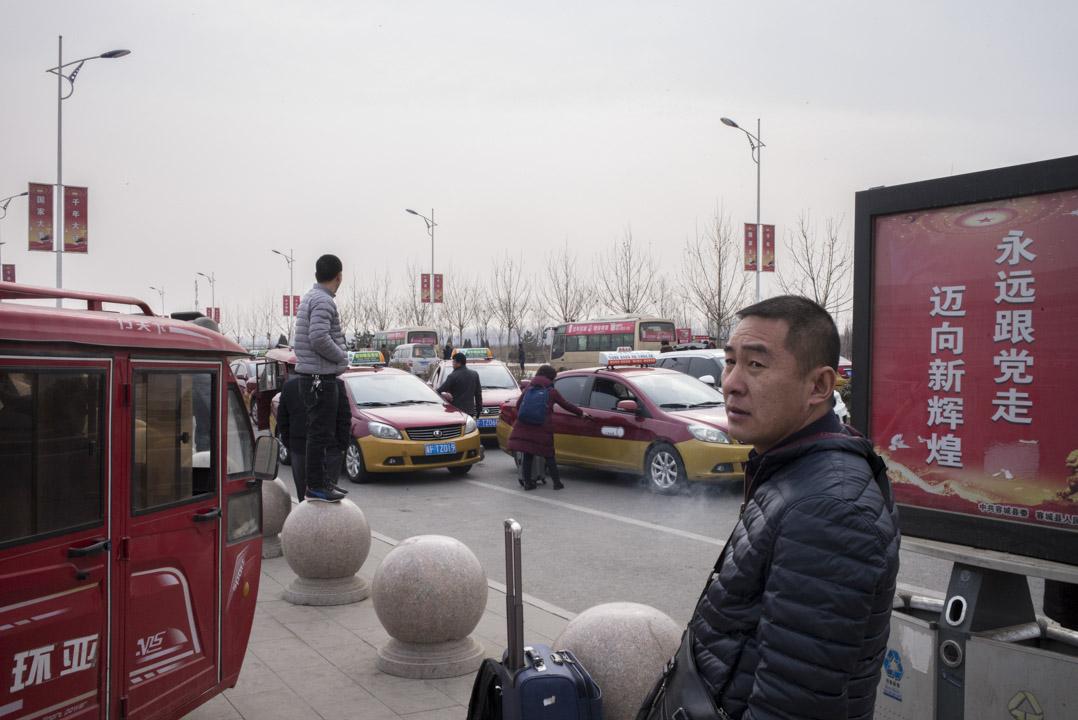每天早上都有火車由北京市開進容城,站外的廣場上,都有不少司機在招生意。