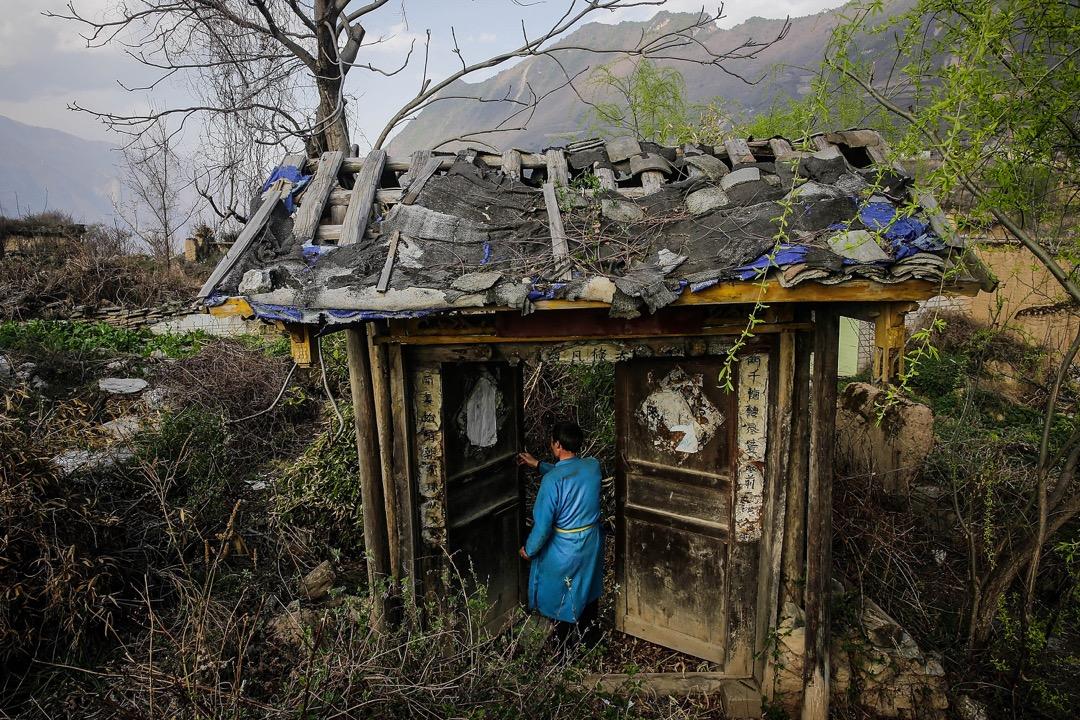 2018年3月28日,四川汶川地震將近十週年,四川省阿壩藏族羌族自治州,54歲羌族人王國成 (拼音) 回到十年前被地震震毀的家園。