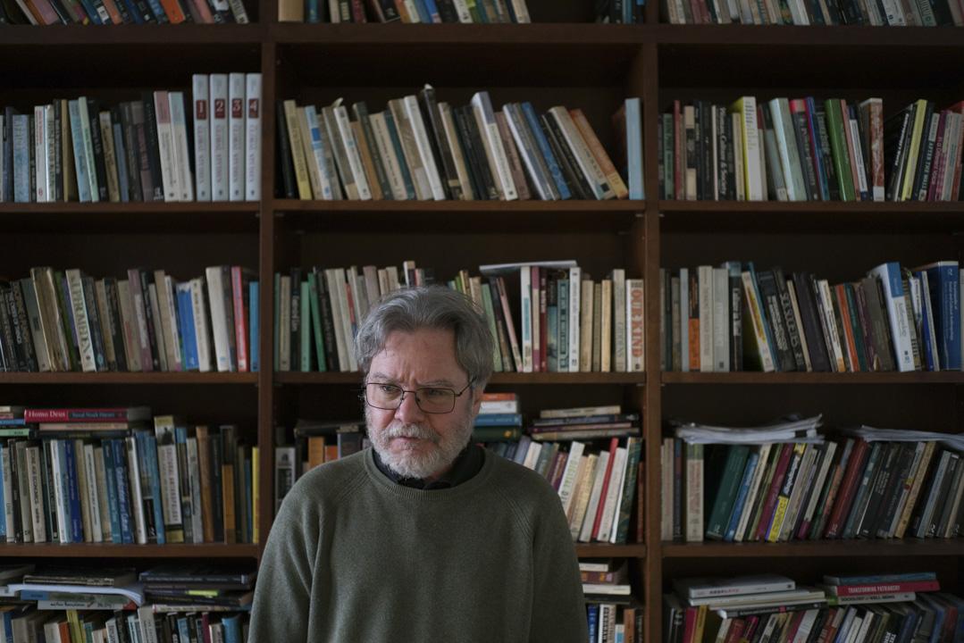 61歲的Gordon Mathews是香港中文大學人類學教授。在香港住了23年、來自美國的他,早給自己取了個中文名:麥高登。 攝:Stanley Leung/端傳媒