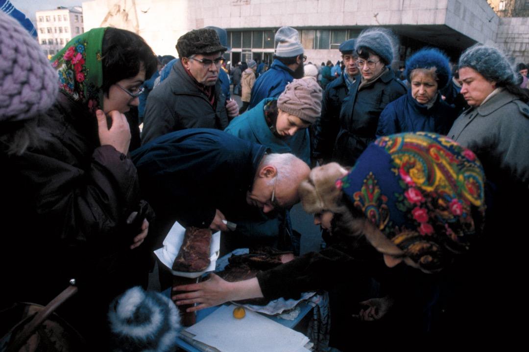 1991年,蘇聯剛解體,民眾在俄羅斯的一個露天市雜辦貨。