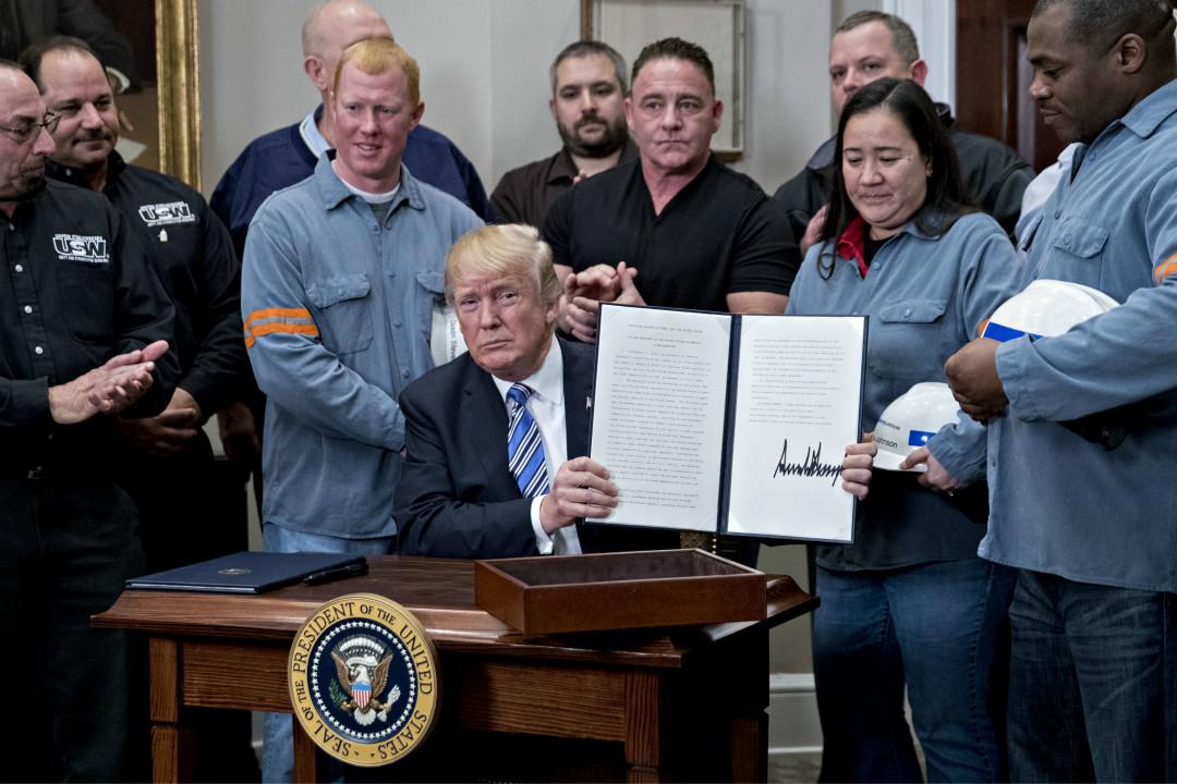 2018年3月8日,美國總統特朗普在白宮簽署公告,將對進口鋼鐵和鋁製品徵收高額關稅,加拿大和墨西哥暫時豁免。 攝:Andrew Harrer/Getty Images