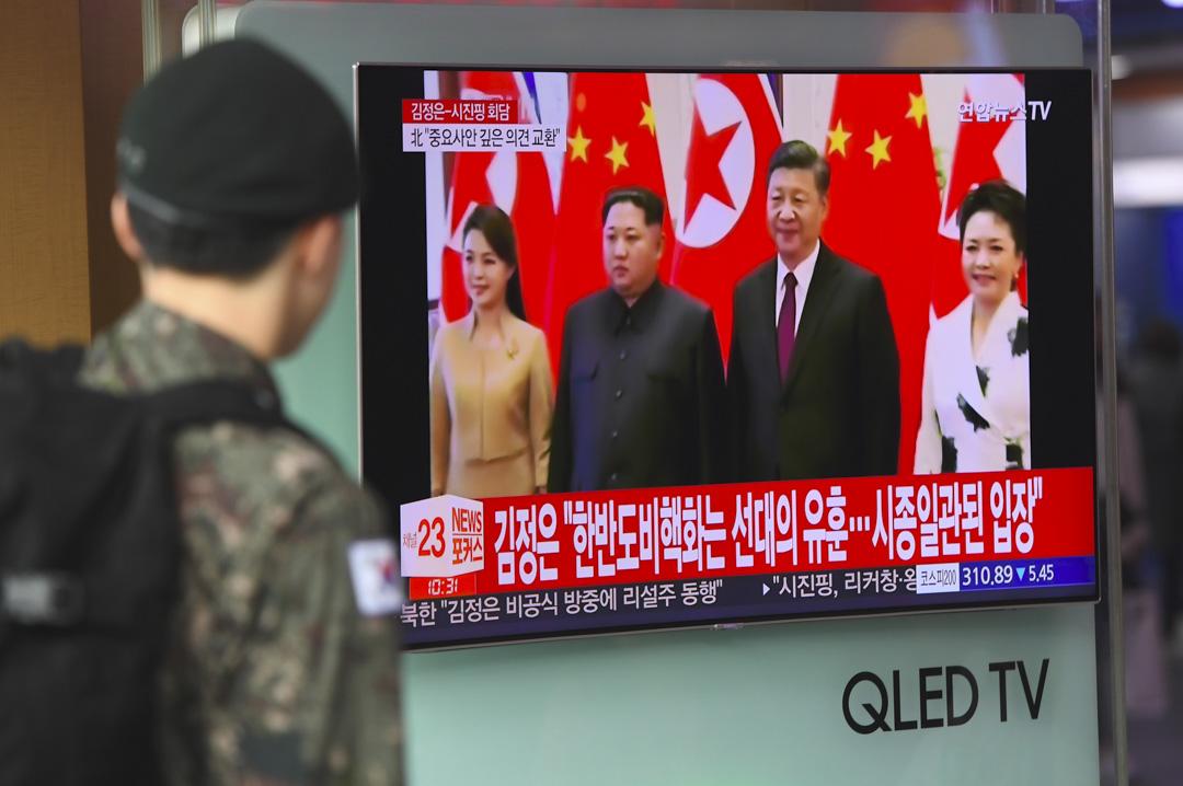 一名南韓軍人在2018年3月28日在首爾火車站觀看有關北韓領導人金正恩訪華的電視新聞。