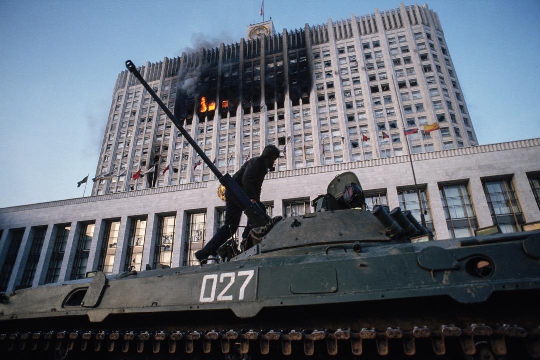 1993年,葉利欽宣布解散議會,也通過解散議會的承諾,換取了西方作為其堅強的後盾。成千上萬人上街示威抗議總統違憲,示威浪潮持續了10天。衝突不斷升級,最終以葉利欽的軍隊炮轟議會大廈而結束。