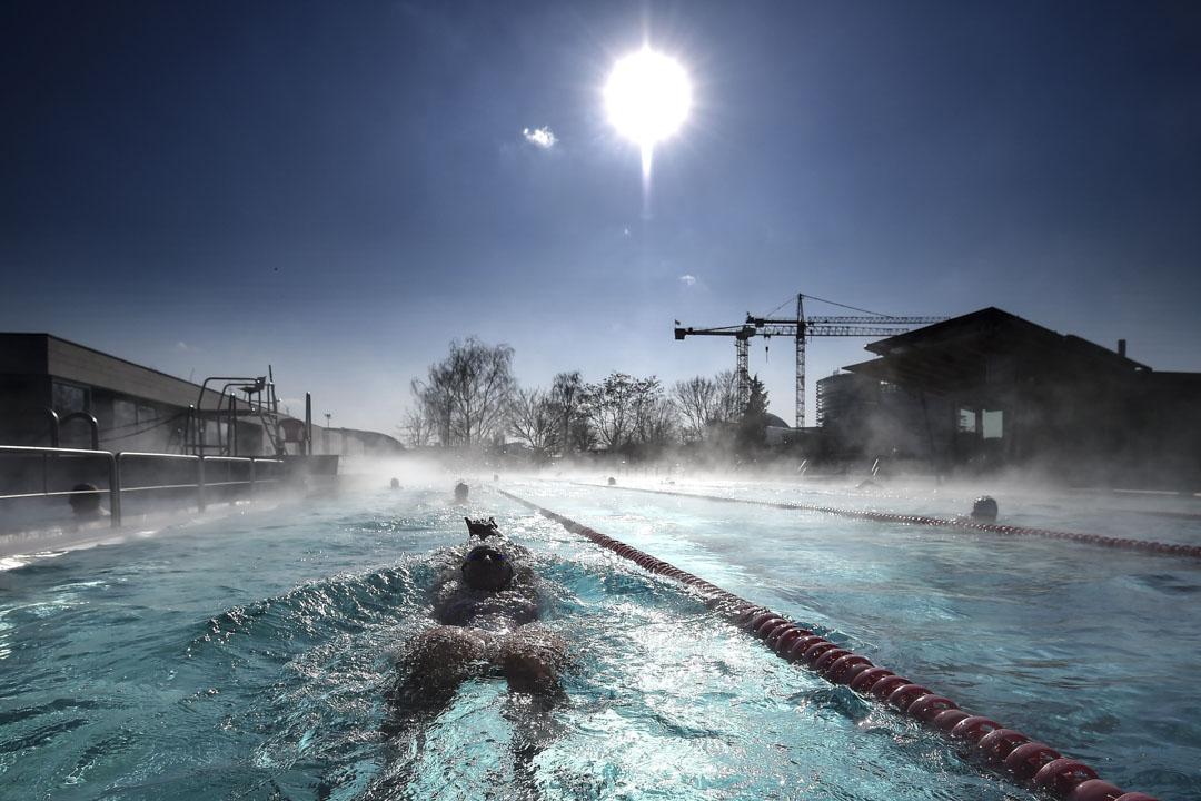 2018年2月26日,法國氣溫低於零下10度,一名泳客在在東部斯特拉斯堡的室外游泳池游泳。