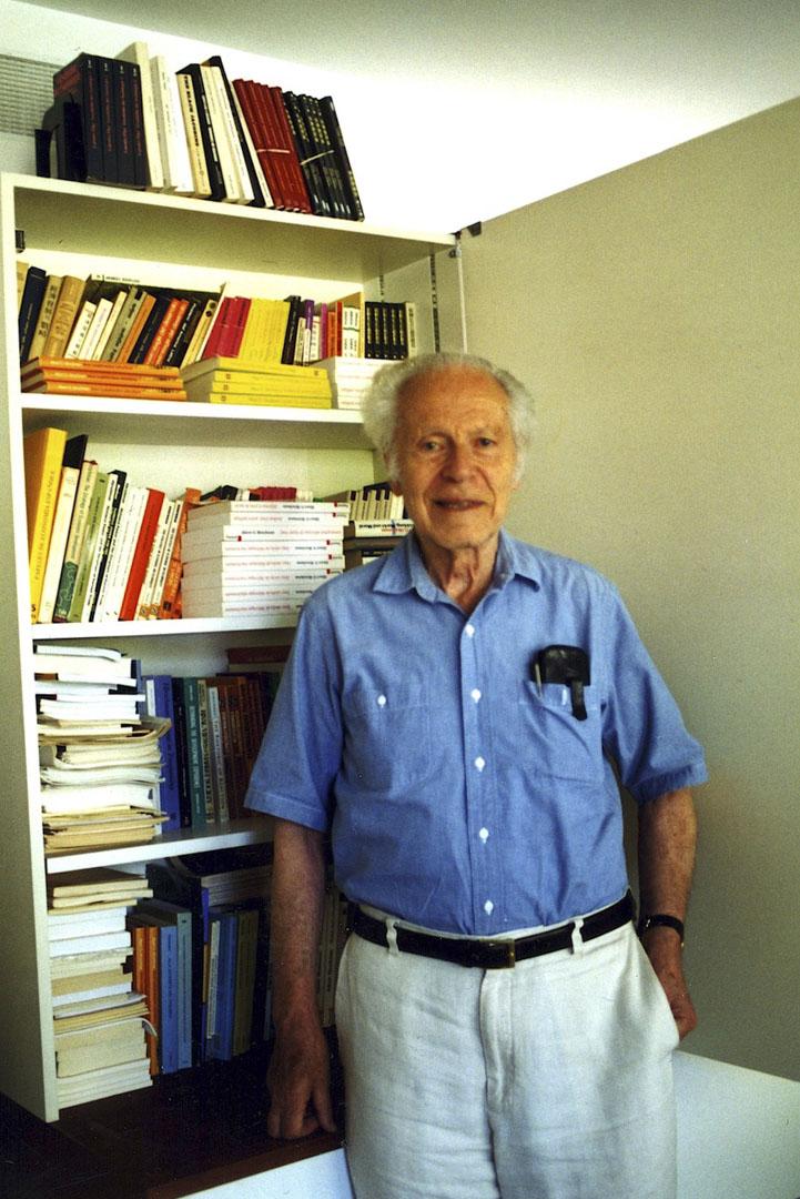 赫緒曼在高等研究院的研究室,背後為其著作的各國譯本。赫緒曼第一本授權中譯的著作是《反動的修辭》,由吳介民翻譯,新新聞於2002年出版,譯本置於書架頂上右上角;此譯本在2013年修訂再版,由左岸出版印行。