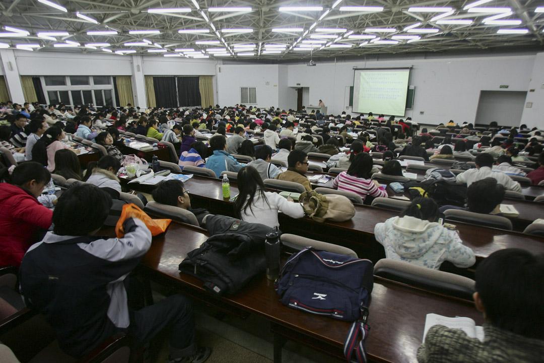 江蘇省一位高中教師因為在課堂上批評公有經濟體制,被高一的學生舉報,結果,宣傳部和教育局來學校查,這位教師也被學校停課,並且解除社團指導老師的職務。 圖為一所學校的上課情況。 攝:China Photos/Getty Images