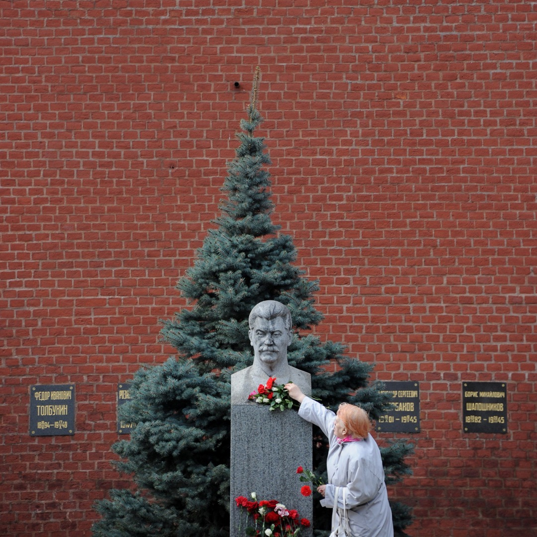 一名女子到莫斯科紅場裏的史太林像前獻花。 攝:Natalia Kolesnikova/AFP/Getty Images