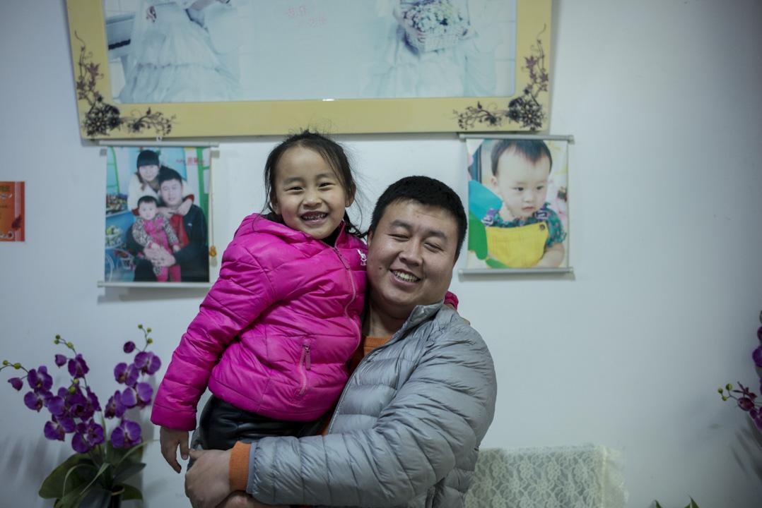 郭鋭今年28歲,個頭不小,肚子略鼓,有個六歲的女兒。在容城縣西塹村裡生活。