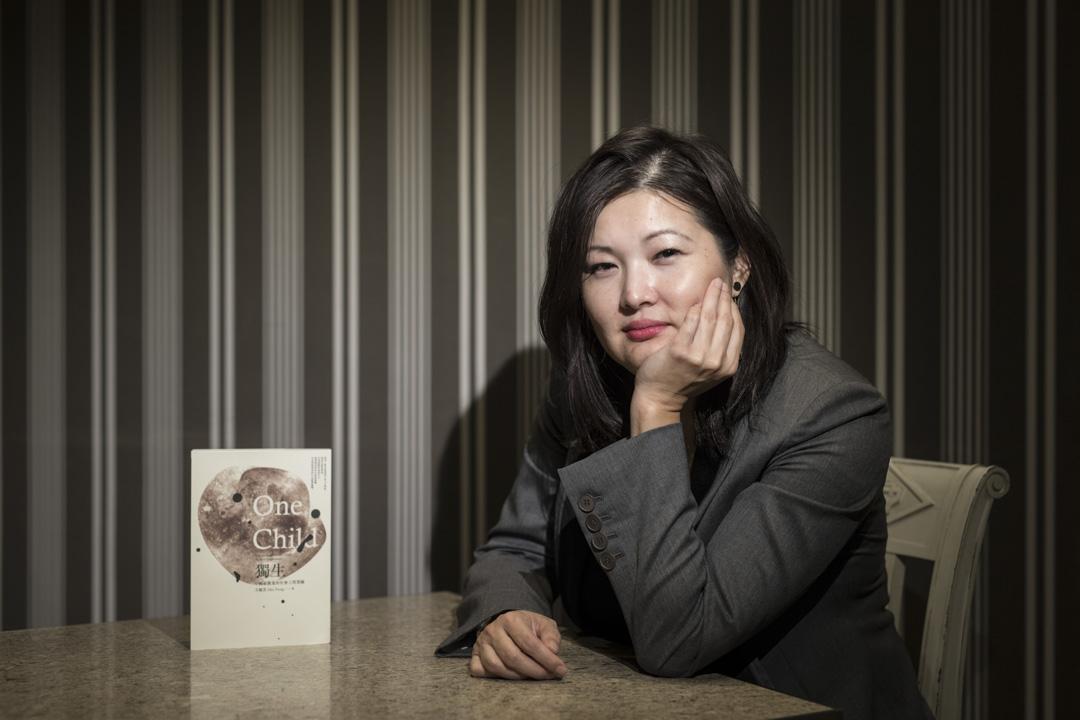 《獨生:中國最激進的社會工程實驗》以巨大的篇幅,呈現涵蓋了幾億人口命運的大型調查,她卻在這本書的謝誌裏寫下:「這是一本關於家人的書」。除了丈夫是最大的後盾,她對家中女性尤為感謝。