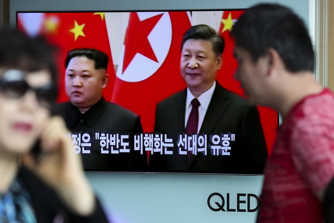 有分析認為金正恩今次應邀訪華,切合北韓及中國各自的利益。圖為南韓首爾街頭,電視正播放關於習近平與金正恩會面的消息。 攝:Seong Joon Cho / Getty Images