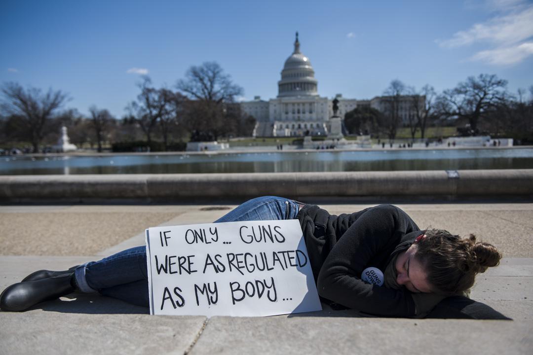 美國首都華盛頓,特意從佛羅里達州駕車到來,19歲的Catherine Monroe於參加集會前在林肯紀念堂的倒影池前休息。