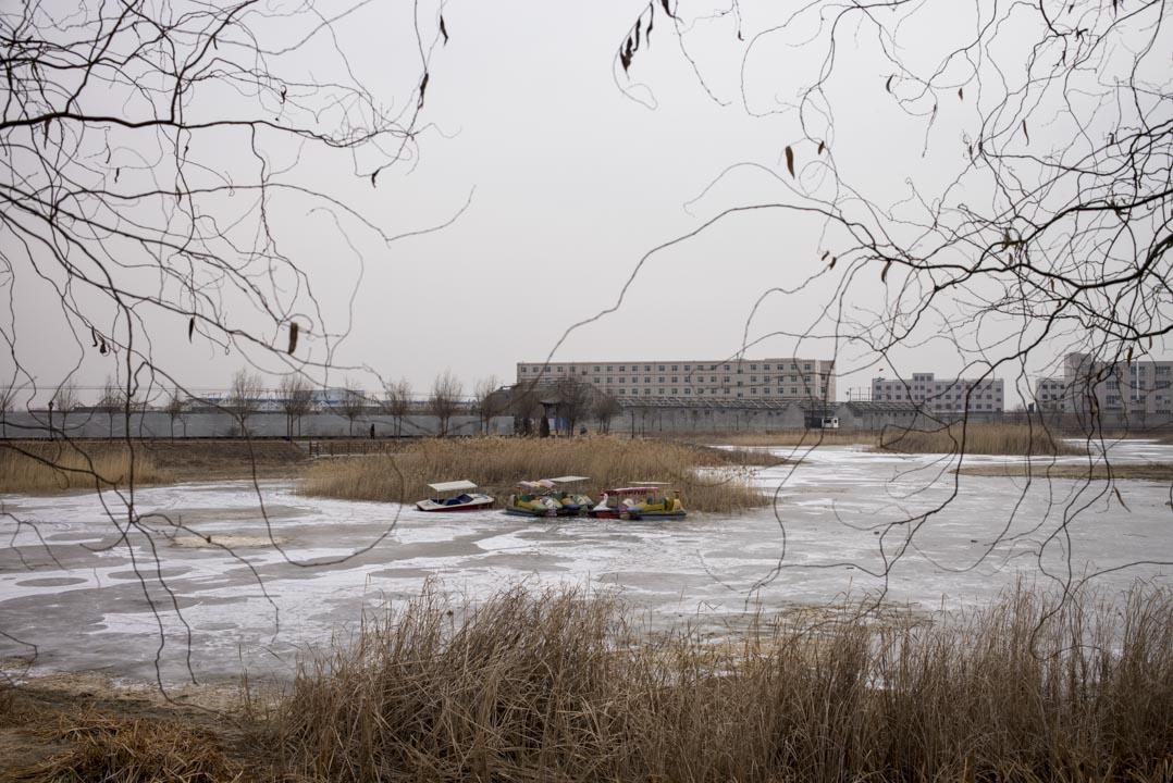 雄安冬天的一個遊客區,湖上結冰。