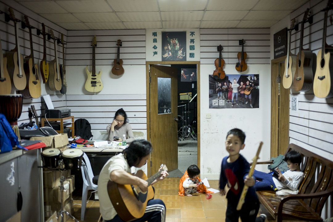 「重D音」樂隊音樂室在深圳橫崗一個舊小區裡,主要教授工友音樂創作,也舉辦不少文藝活動如工人文藝工作坊、工人攝影展的布展、以及今年3月女工藝術節的籌備活動。