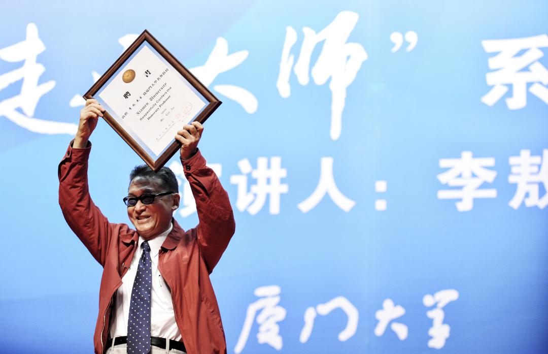 2011年4月3日,李敖被聘為廈門大學名譽教授,並在廈門大學「走進大師」係列講座登台演講,在台上展示廈門大學給他頒發的名譽教授聘書。