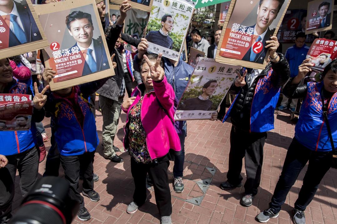 香港民主派在補選中不光是輸了立法會兩席,而是整個選戰反映陣營內的政黨組成、動員能力和選戰組織,面對對手的日益強大,和民眾的反抗意志消沉和參與低潮,民主派未來道路甚是艱難。  攝:林振東/端傳媒