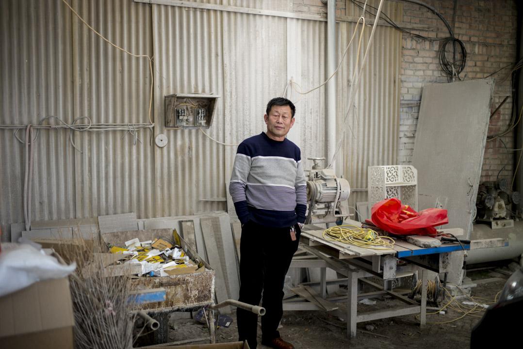 家住容城的崔喜軍有兩名兒子,今年55歲,站在已關閉的石材廠,生產設備被整齊歸置在一側,現在主要做膏藥買賣。