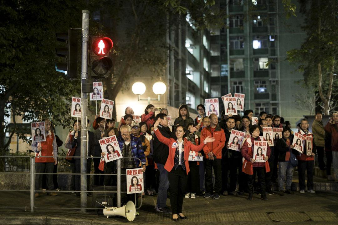 臨近投票結束,陳家珮在小西灣巴士總站見傳媒 。